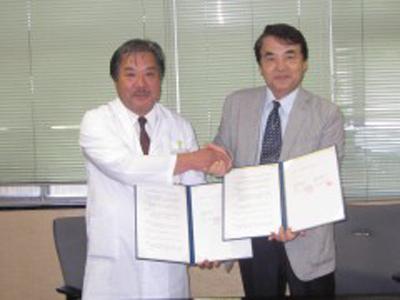国立病院機構福山医療センターとAMDAの連携協定調印式